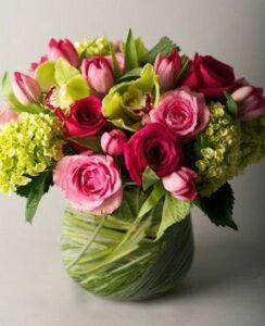 arreglo floral de rosas tulipanes hortensias y orquideas