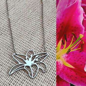 Collar con dije floral de lily en acero inoxidable