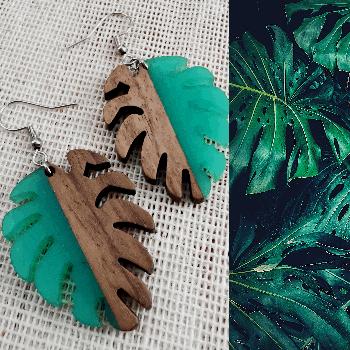 Aretes de hojas de monstera en madera y resina