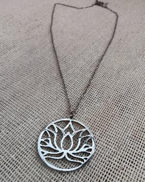 Collar con dije de lirio o flor de loto en acero