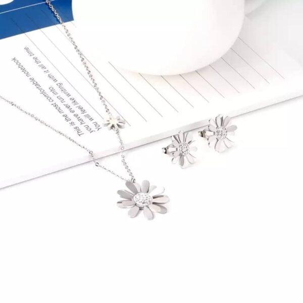 Aretes y collar de flores con cristales en acero