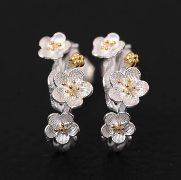 Conjunto de joyas con collar, aretes y anillo de flores