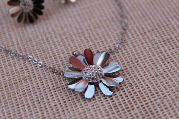 collar y aretes de flor